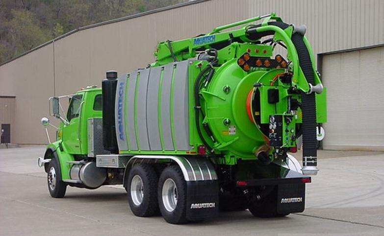 Cureur combiné monté sur camion de série, avec poste de travail arrière