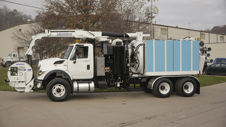 Cureur combiné monté sur camion de série, avec poste de travail avant